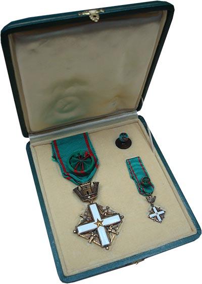 Изображение Подарочные наборы Италия `Знак ордена ``За заслуги``` 0 Латунь UNC
